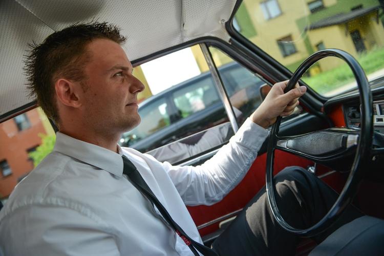 Kierowca wiezie pana młodego