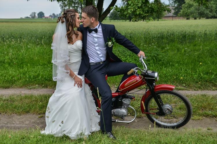 Plener ślubny: pocałunek na starym motorze