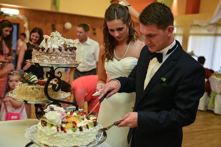 Para młoda dzieli tort weselny
