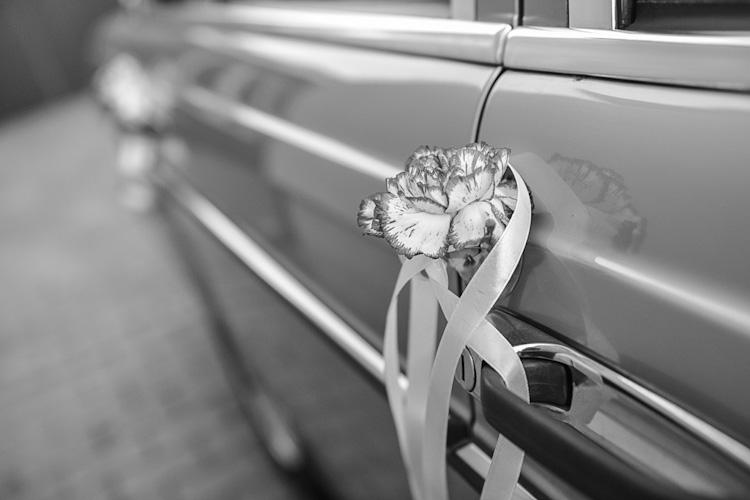 Klamka drzwi samochodu udekorowana kwiatami.