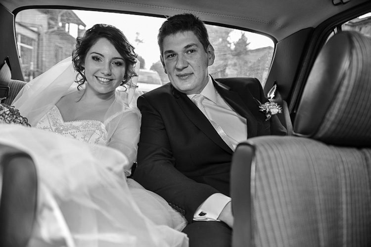 Para młoda w drodza na ślub