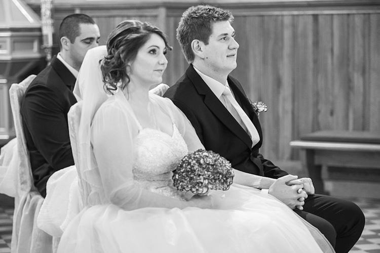 Para młoda w kościele przed ceremonią ślubną. Fotograf ze Śląska. Young couple in the church before wedding