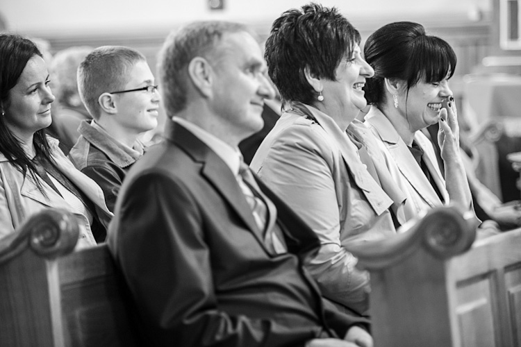 Radość rodziców pary młodej podczas ślubu