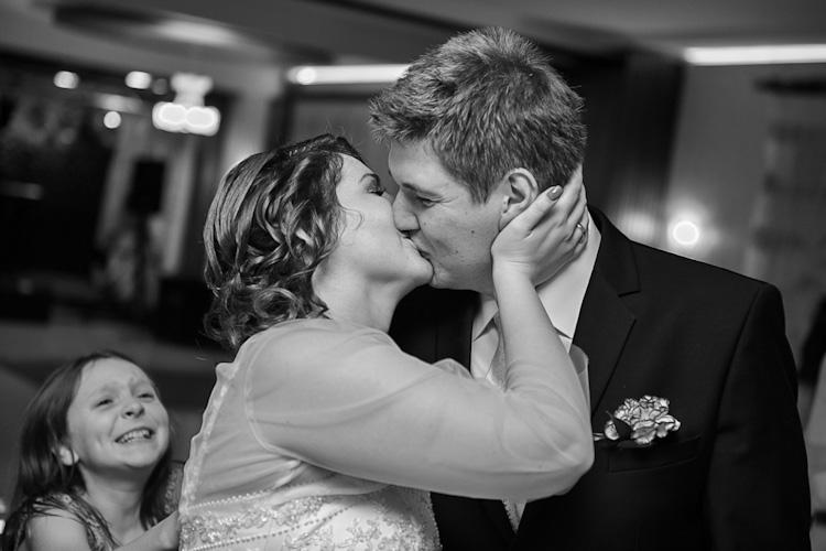 Ślub, zabawa weselna, pocałunek pary młodej