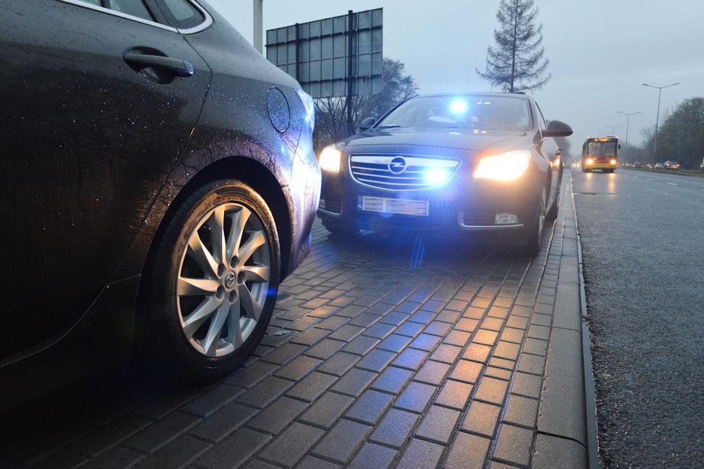 Policyjny radiowóz zatrzymuje sprawcę wykroczenia