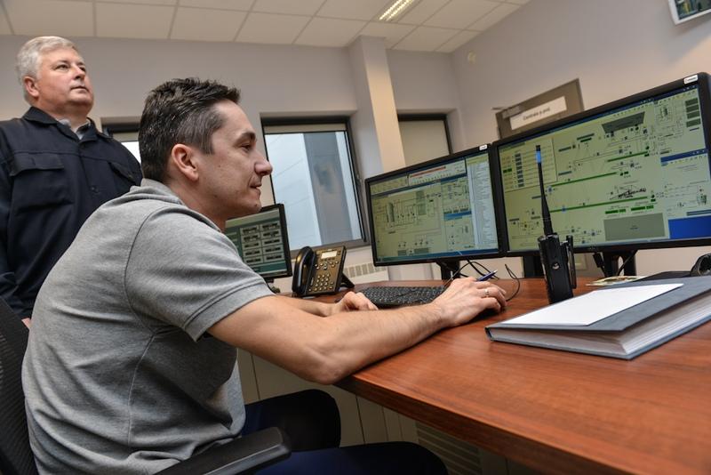 Pracownik elektrociepłowni nastanowisku pracy