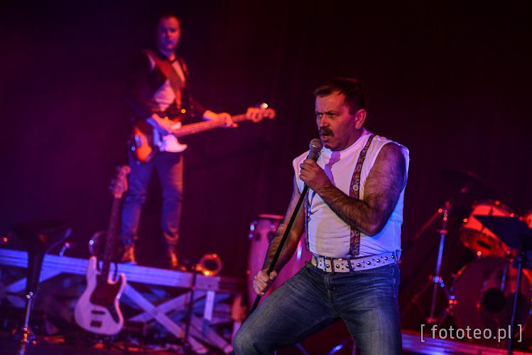 Adam Caputa jako Freddie Mercury, wokalista zespołu Queen
