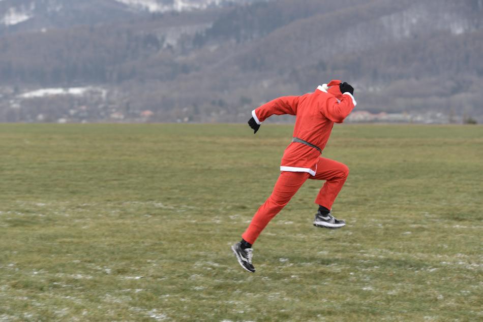 zawodnik wstroju św.Mikołaja podczas rozgrzewki