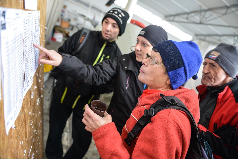 Uczestnicy biegu wBielsku-Białej oglądają wyniki