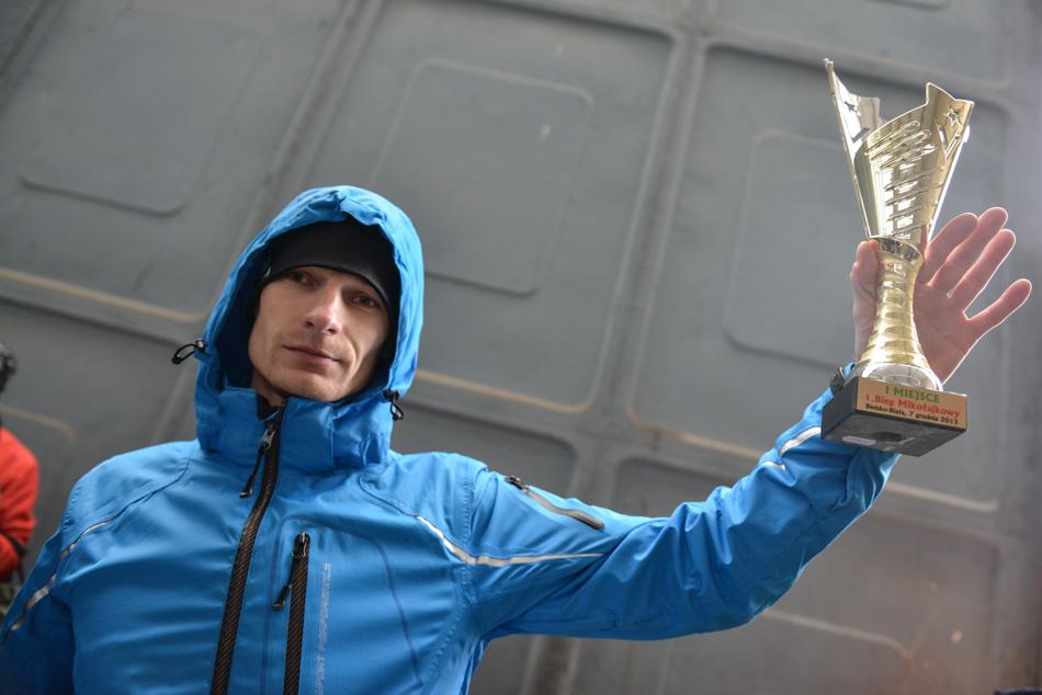 Zwycięzca biegu mikołajkowego wBielsku-Białej: Grzegorz Opiał zpucharem wręku