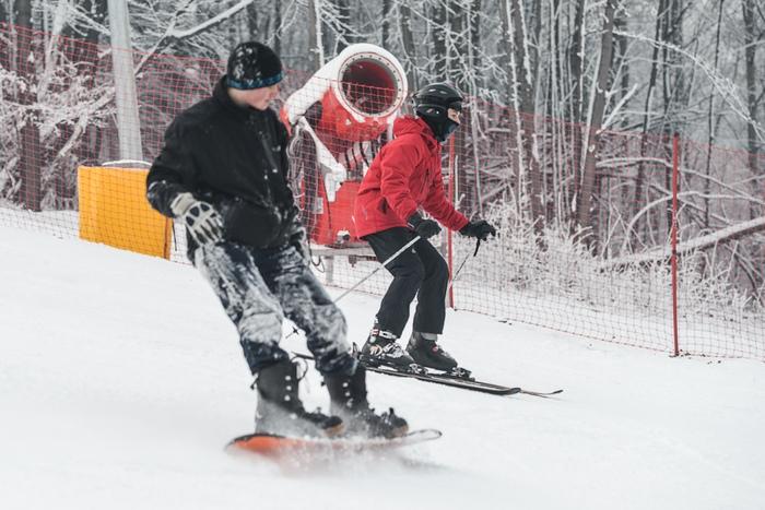 Fotografia snowboardzisty inarciarza nastoku