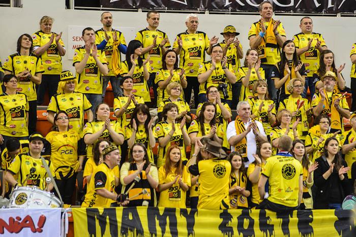 Fotografia sportowa: kibice Skry na meczu w Bielsku-Białej