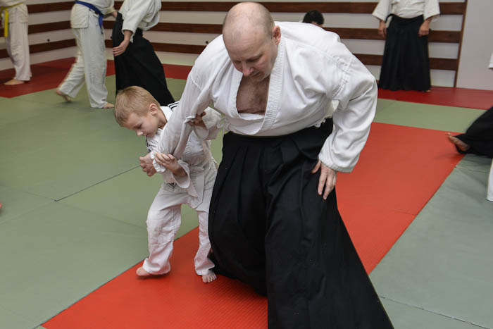 Dziecko idorosły współnie ćwiczą technikę Aikido