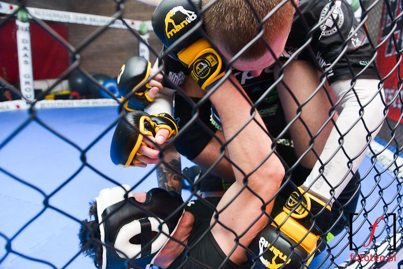 Walka wparterze MMA