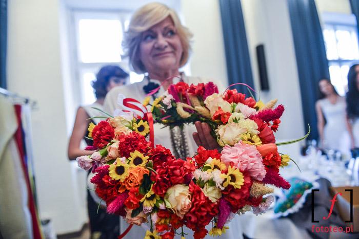 Lucyna Grabowska z wieńcem kwiatów