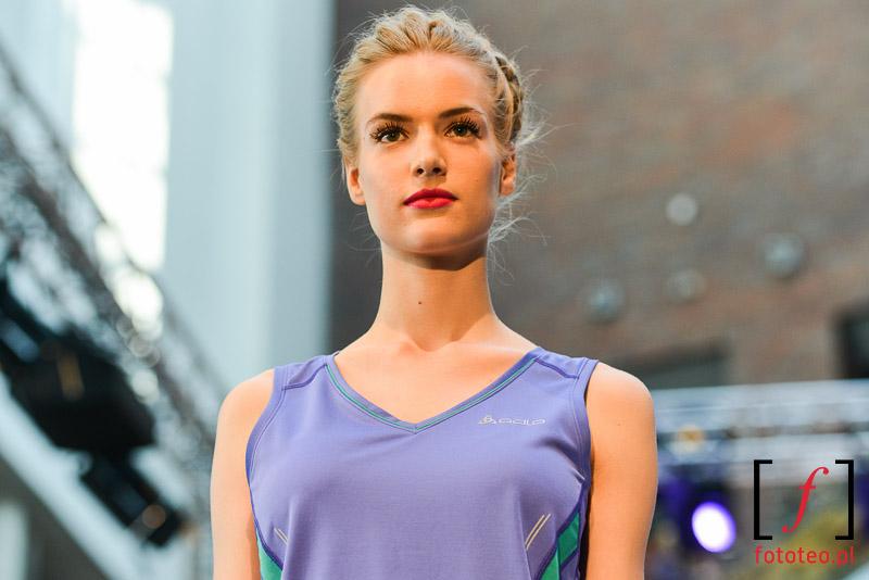 Modelka prezentująca strój sportowy