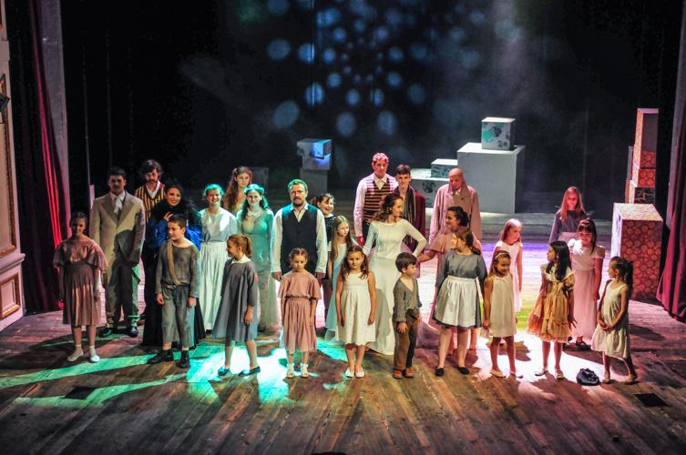 Młodzi aktorzy na scenie Teatru Polskiego