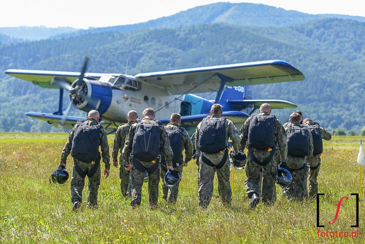 Spadochroniarze przed startem samolotu An-2 Antek