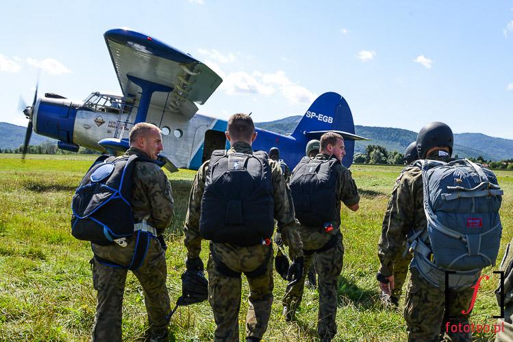 Zaladunek do Antnowa an-2. Fotografia lotnicza
