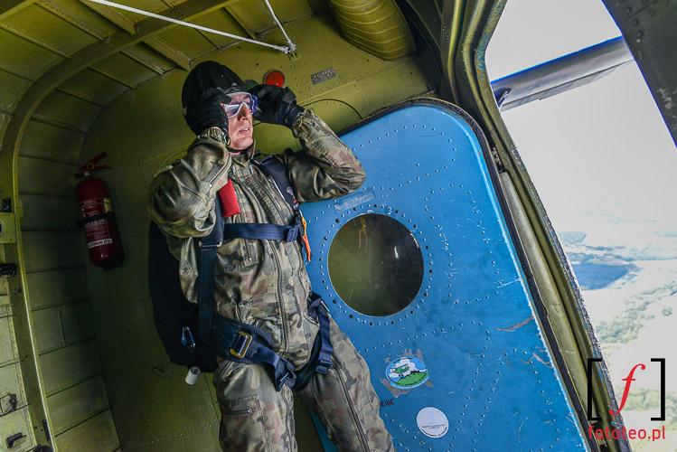 Chwila przed skokiem spadochronowym