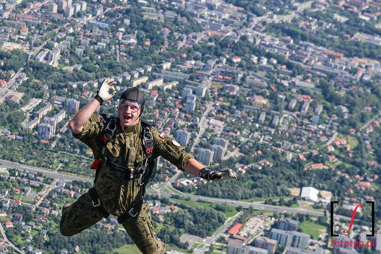 Spadochroniarz na tle Bielska-Bialej