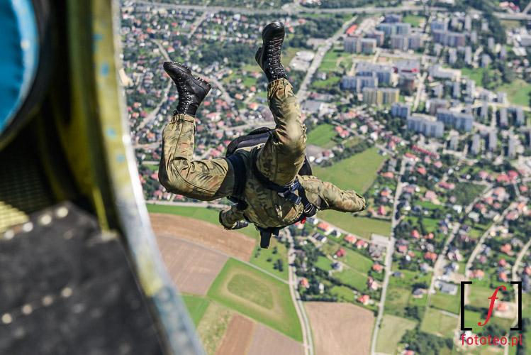 Zolnierz opuszczajacy samolot, spadochroniarstwo
