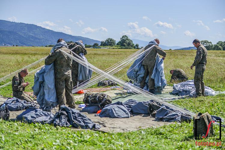 Przygotowania do skokow spadochronowych