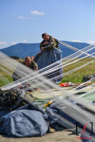 Zolnierze skladajacy spadochrony