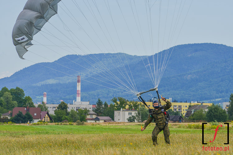 Skoczek spadochronowy na tle Bielska
