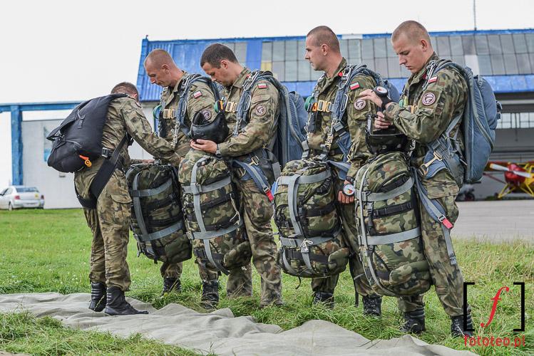 Żołnierze przed skokiem spadochronowym