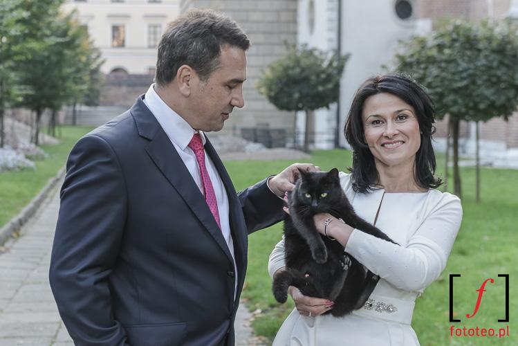 Para mloda z kotem w Krakowie. Fotograf slubny