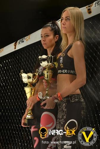 Hostessy zapowiadajace walki MMA