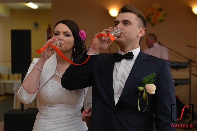 Rzut kieliszkami na weselu