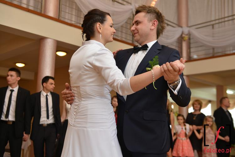 Pierwszy taniec pary mlodej. Brzusnik