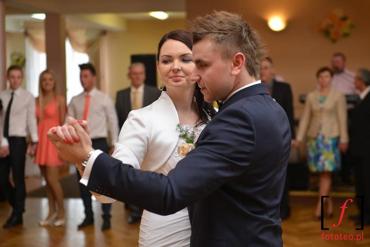 Pierwszy taniec mlodej pary. fotograf