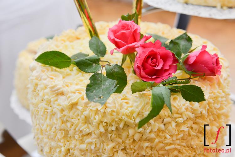 Kwiaty na torcie weselnym