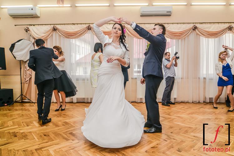 Taniec pary mlodej