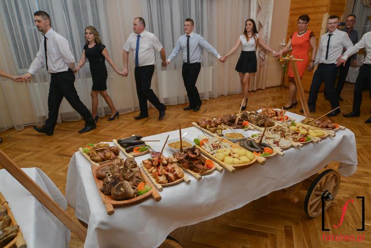 Wiejski stol na weselu
