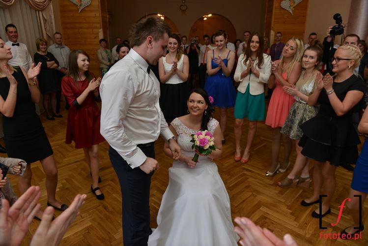 Zabawa na sali weselnej w Brzusniku