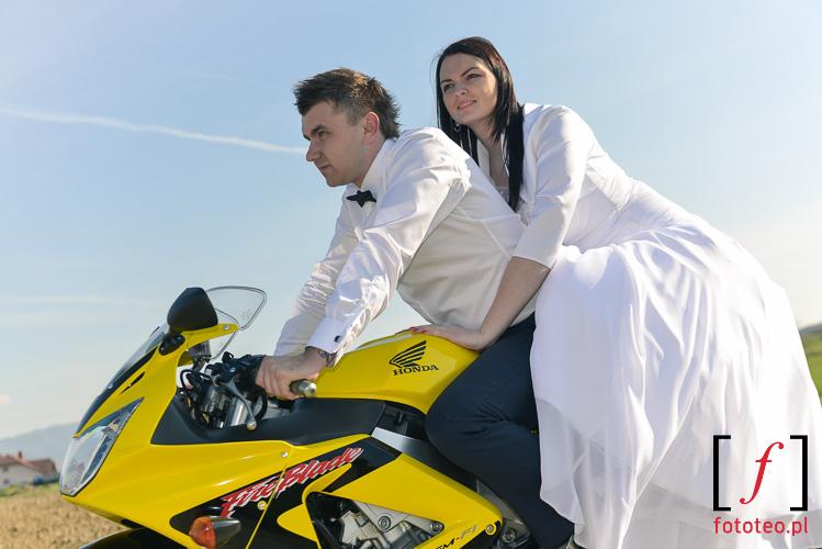 Para młoda na motocyklu