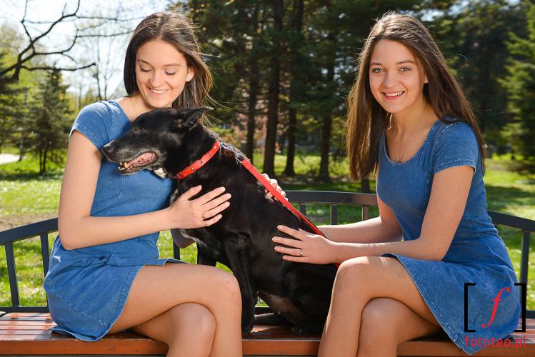 Fotografia z kalendarza. Modelki Justyna i Monika Kwasny