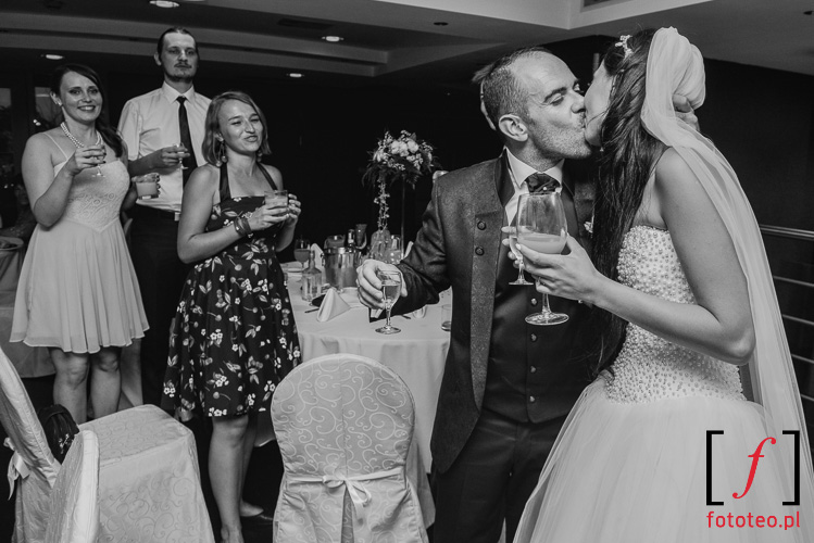 Pocalunek pary mlodej fotograf wesele